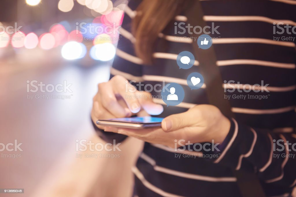 Frau die Hände mit mobilen Smartphone auf der Straße mit Symbol-social-Media und social Network. – Foto