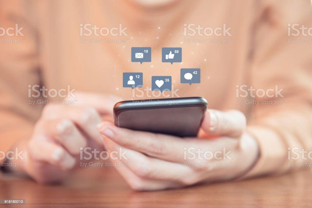Frau die Hände mit mobilen Smartphone mit Symbol-social-Media und social Network. – Foto