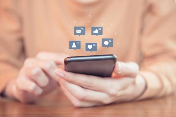 Femme les mains à l'aide de mobile smartphone avec icône médias sociaux et réseaux sociaux. - Photo