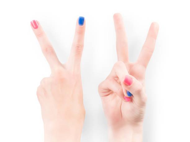 frau hände mit hellen nagellack macht sieg geste isoliert mit clipping-pfad - bester nagellack stock-fotos und bilder