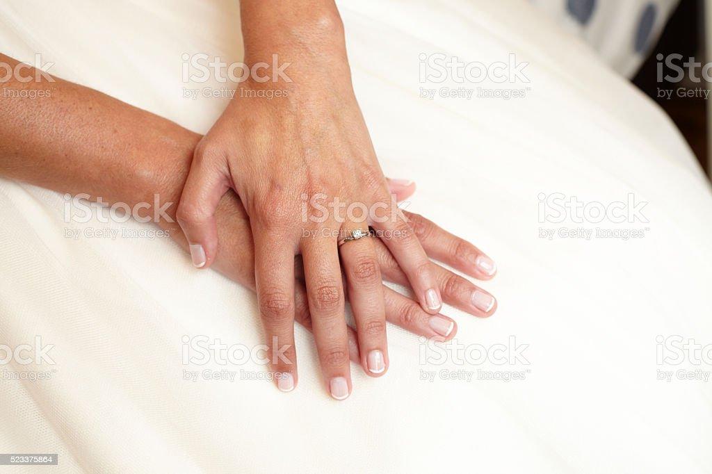 Mujer manos con anillo de compromiso en vestido de novia - foto de stock