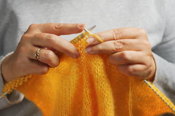 Frau die Hände mit Stricknadeln und Wolle. Handarbeit-Konzept. – Foto