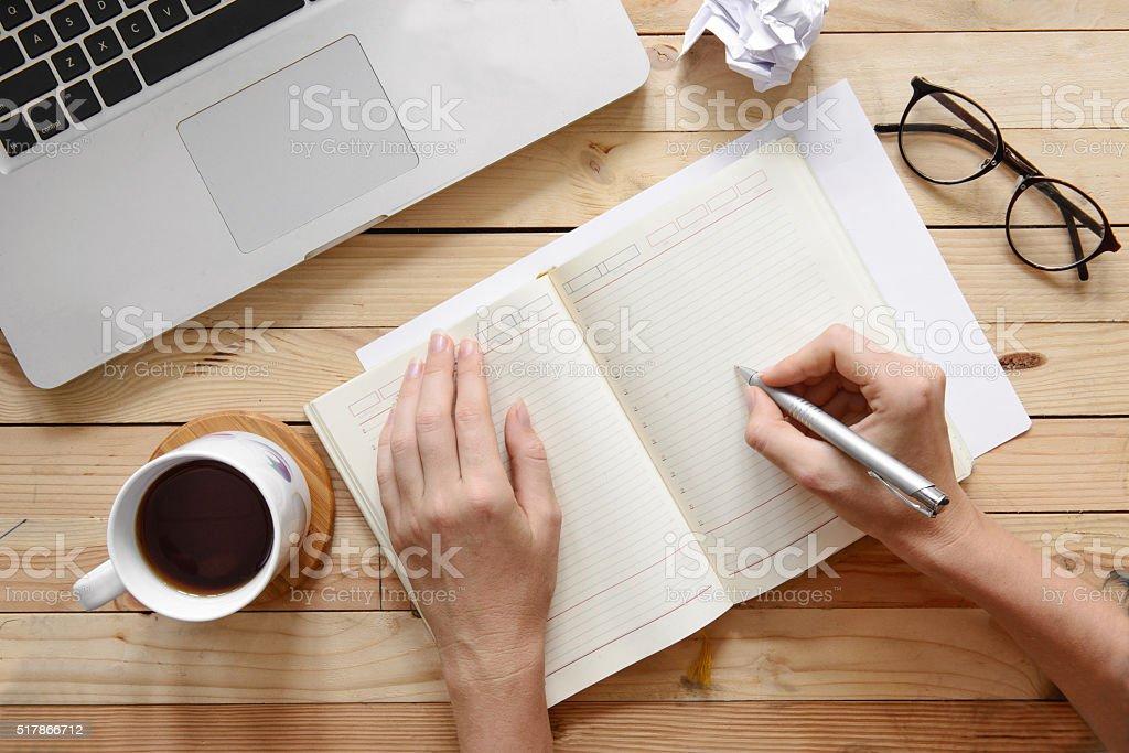 Femme mains écrire dans cahier, Digital travail, vue du dessus - Photo