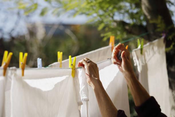 Frau, die Wäsche zum Trocknen aufhängen – Foto