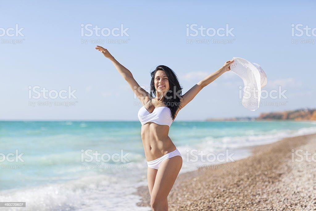 Frau glücklich begeistert Lächeln auf den Strand und das Meer – Foto