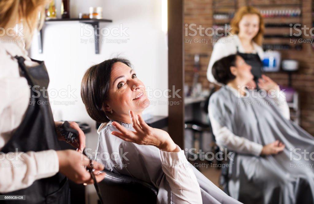 Mujer feliz con su peluquería corte de pelo y los jóvenes - foto de stock