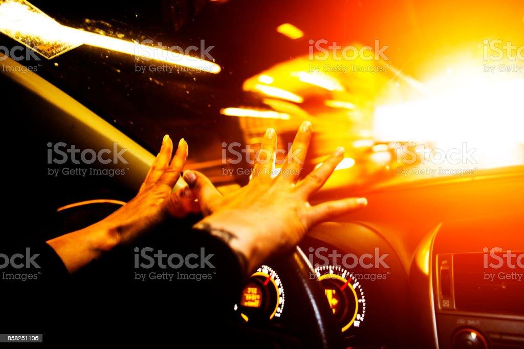 Femme a une évasion étroite pendant que vous conduisez une voiture - Photo