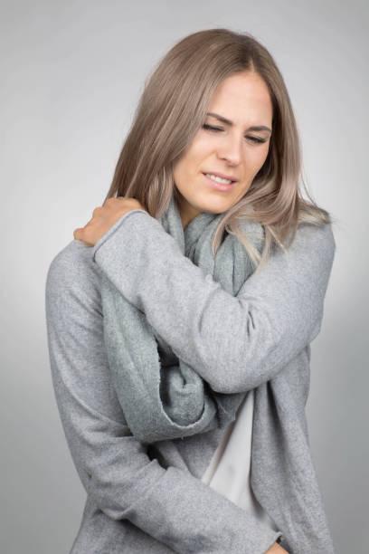 Frau hat eine schmerzende Schulter – Foto