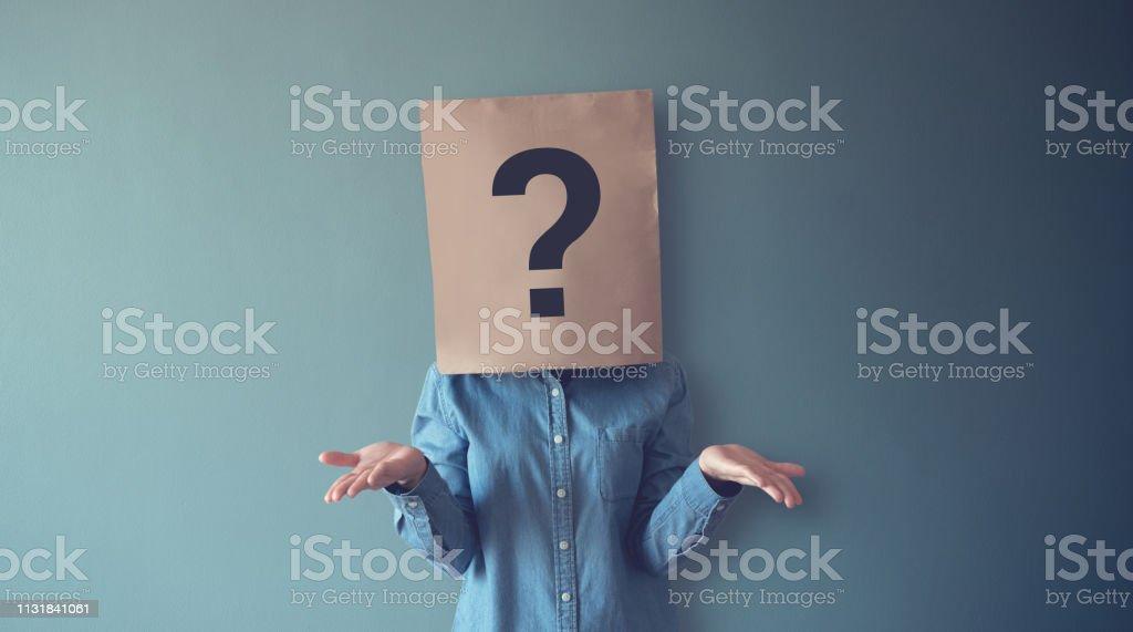 La femme a confondu, pensant, point d'interrogation icône sur le sac en papier, copiez l'espace. - Photo de Adulte libre de droits