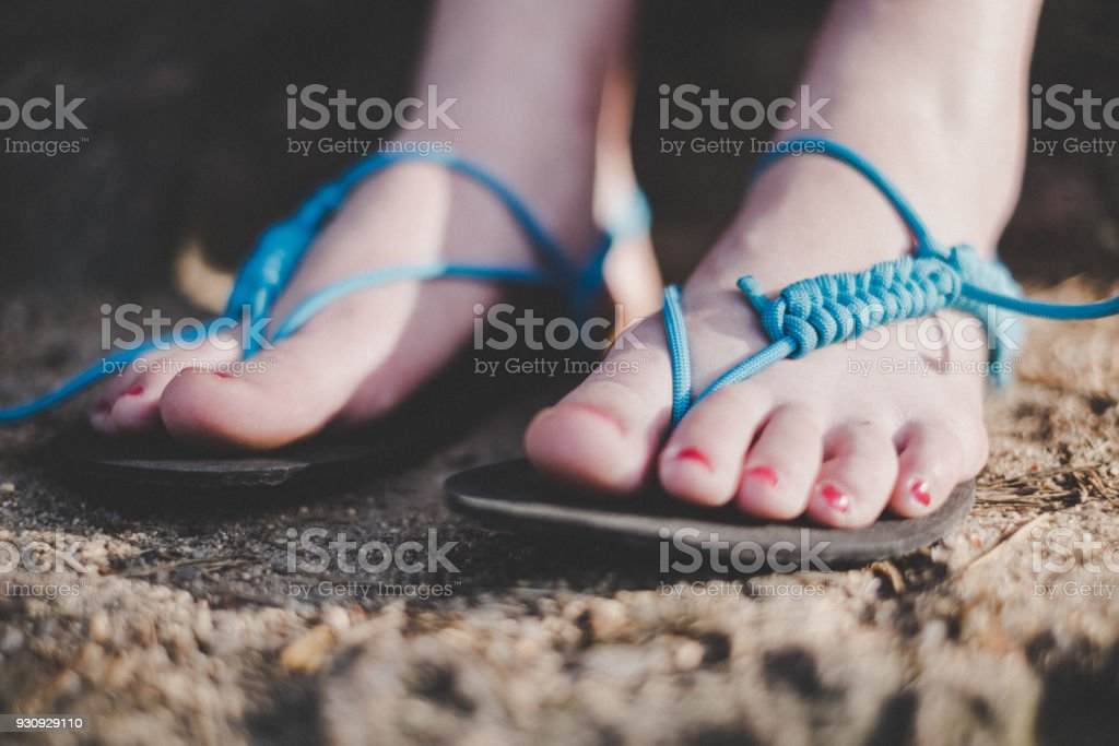 Frau hat handgefertigte Sandalen. Sandalen von Gummi- und Saiten. Detail des Fußes. – Foto