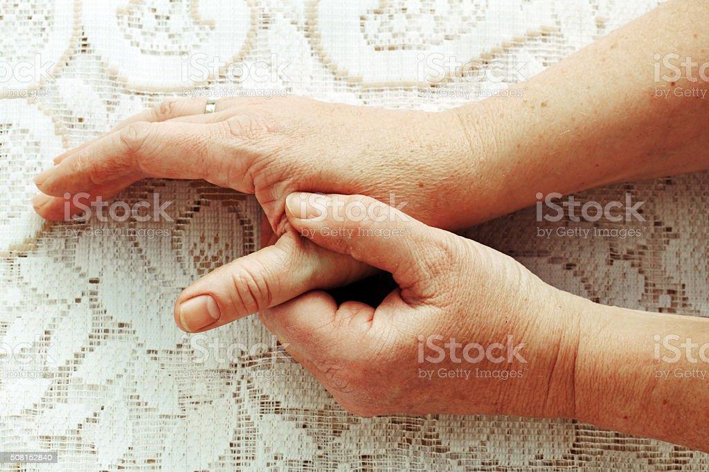 Frau hat Schmerzen in der Finger, Hände und Gelenke – Foto