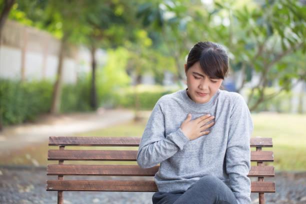 kvinnan har reflux syror på park - matsmältningsbesvär bildbanksfoton och bilder