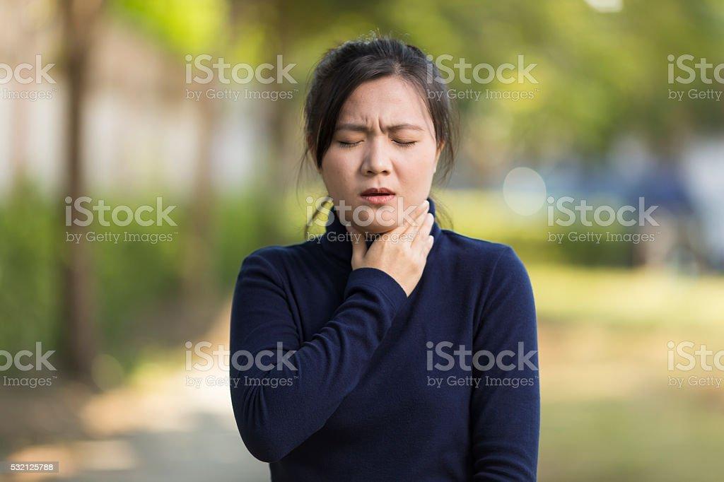 Mujer con dolor de garganta - foto de stock