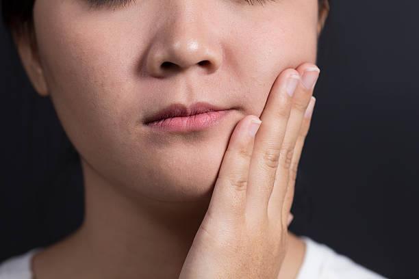 mujer con te duele es un diente - mandibula fotografías e imágenes de stock