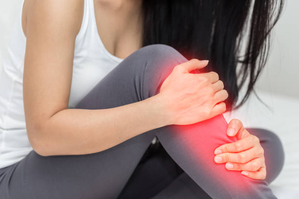 女性新痛みがあります。 - 脛 ストックフォトと画像