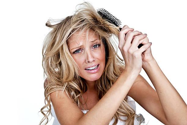 frau mit einem schlechten haar-tag - krause haare stock-fotos und bilder