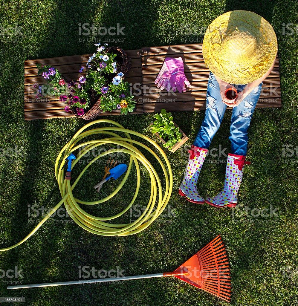 Frau, die eine Pause während der Arbeit im Garten - Lizenzfrei 2015 Stock-Foto