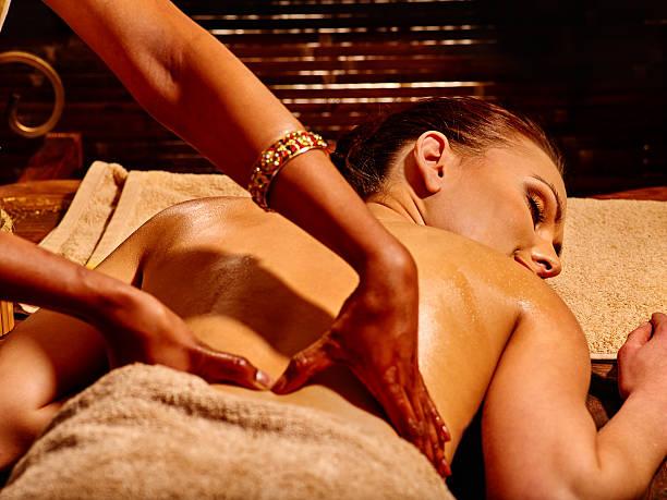 Frau bei der ayurvedischen spa-Behandlung – Foto