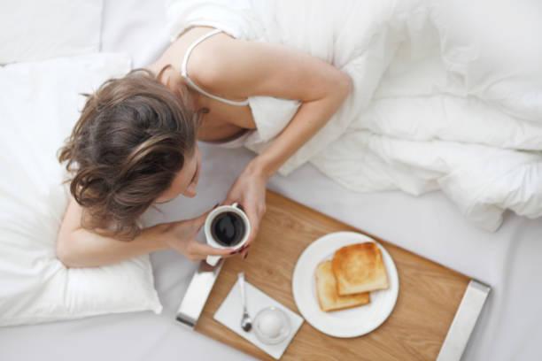 Frau ein Frühstück im Bett – Foto