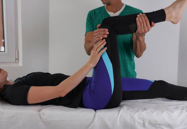 mujer con trasero ajuste quiropráctico. concepto de rehabilitación de lesión de osteopatía, fisioterapia, deporte - medicina del deporte fotografías e imágenes de stock