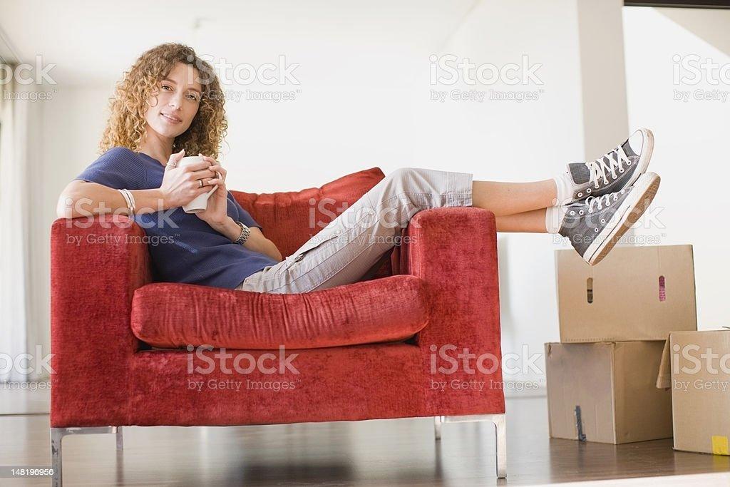 Frau mit Kaffee in Sessel – Foto