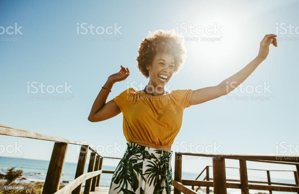 Vrouw met plezier op zomervakantie - Royalty-free Afrikaanse etniciteit Stockfoto