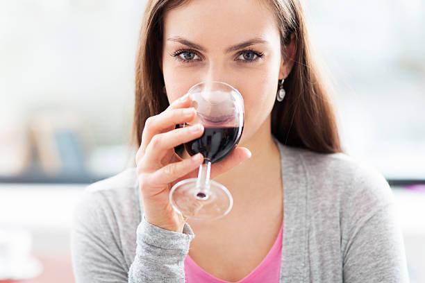Frau mit Glas Wein – Foto