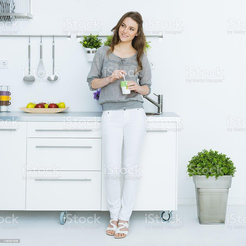 Frau mit grünem Tee in Ihrem loft – Foto