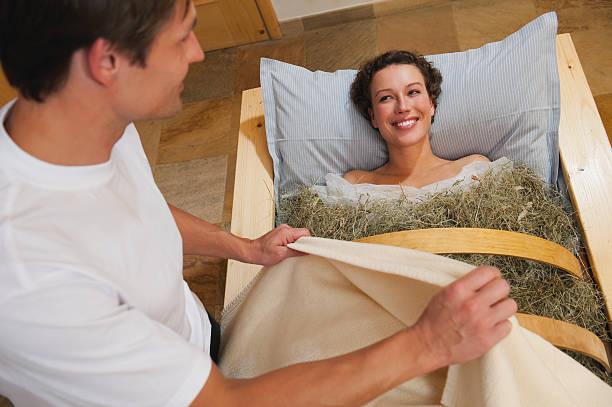 frau mit heu bad mit männlichen therapeuten - badewannenkissen stock-fotos und bilder