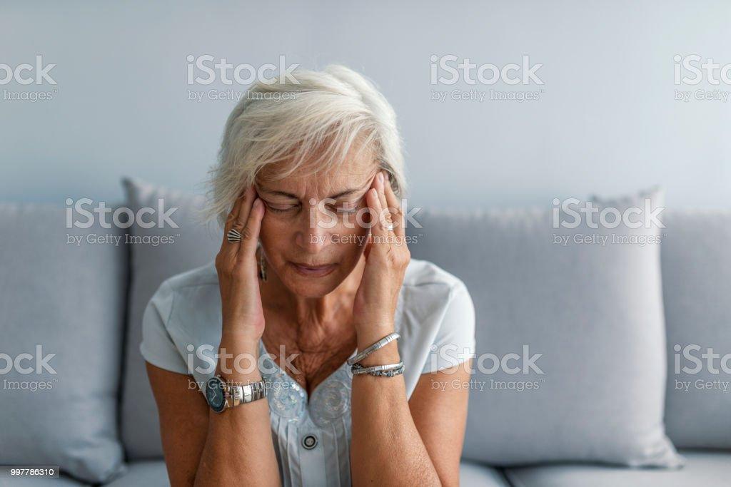 Mujer con migraña dolor de cabeza - foto de stock