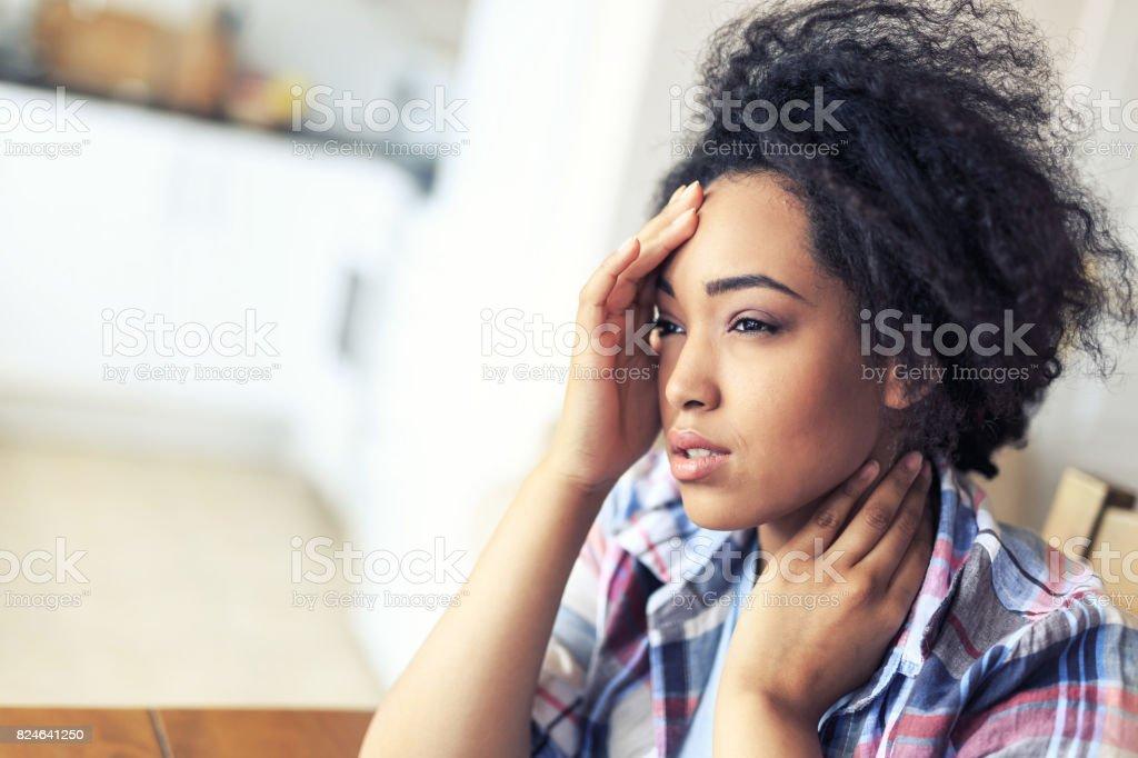 Mujer teniendo dolor de cabeza - foto de stock