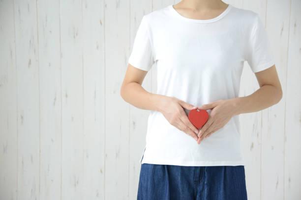 Mulher que tem o coração no estômago - foto de acervo
