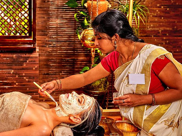 Frau mit Maske im ayurveda spa – Foto