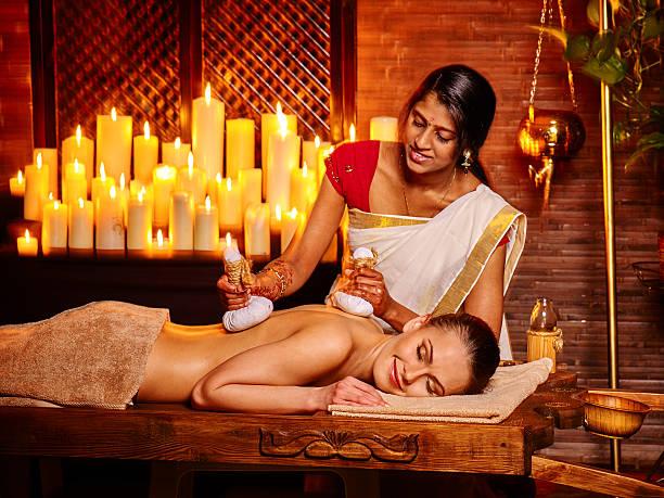 Frau, die massage mit Beutel mit Reis – Foto