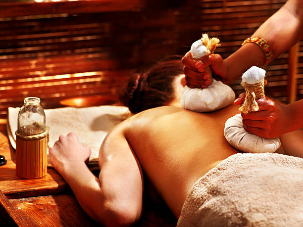 Femme ayant massage avec pochette. - Photo