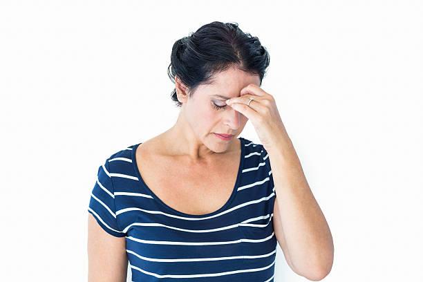 frau mit migräne - migräne vorbeugen stock-fotos und bilder