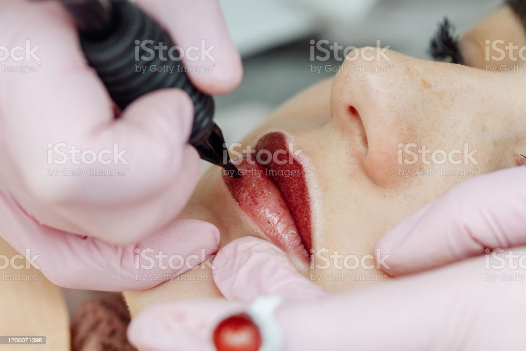 Woman having permanent makeup on lips in beauty salon - Royalty-free Adulto Foto de stock
