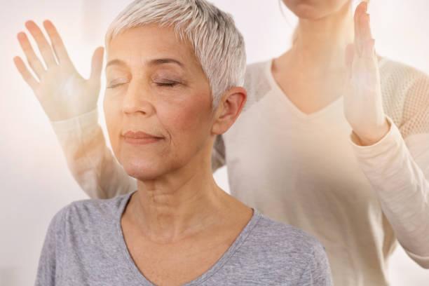 kvinna med reiki healing behandling, alternativ medicin koncept, holistisk vård - örtmedicin bildbanksfoton och bilder
