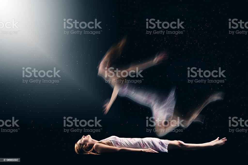Frau bei der spirituellen Heraus Der Körper Erfahrung – Foto