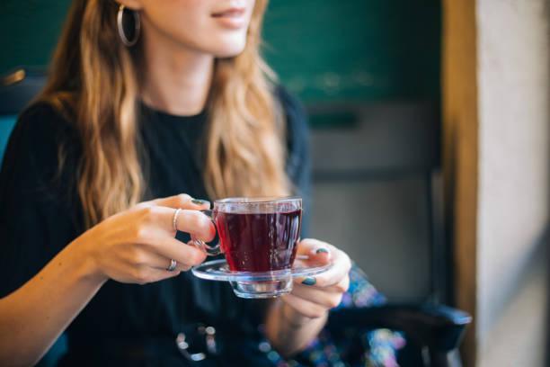 커피에서 겨울 차를 가진 여자 스톡 사진
