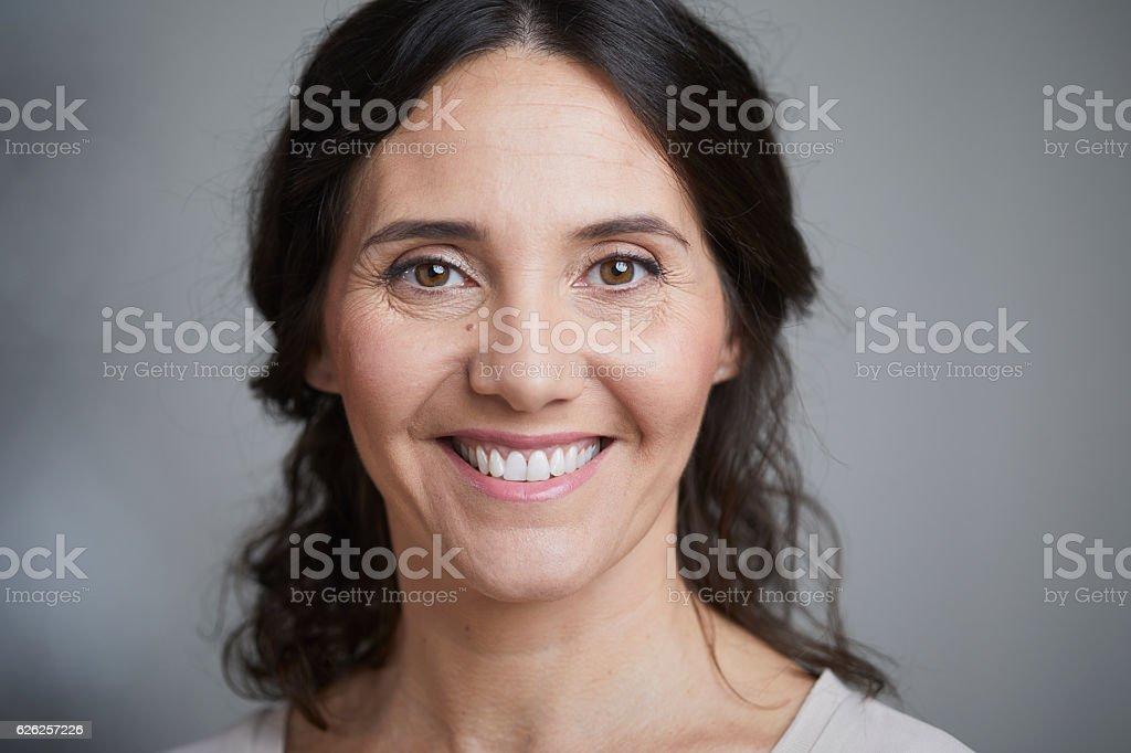 Woman headshot looking at camera. – Foto