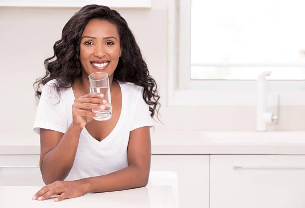 woman healthy drinking. - frisuren 2016 frauen stock-fotos und bilder