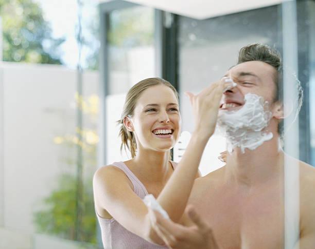 Eine Frau hilft ein Mann Rasieren – Foto