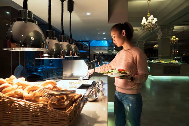 frau helfen, sich auf das frühstücksbuffet in einem luxus-hotel restaurant - 5 sterne hotel türkei stock-fotos und bilder