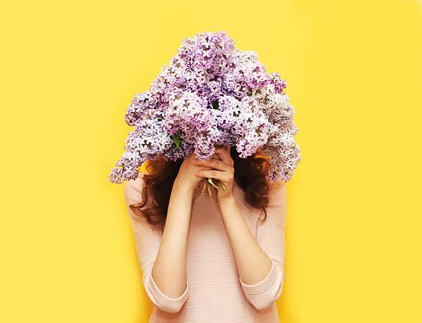refúgio cabeça mulher com buquê de flores sobre fundo amarelo lilás - mulher flores - fotografias e filmes do acervo