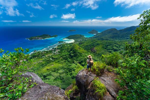 열 대 섬 산 위의 여 자가 높은 - 세이셸 뉴스 사진 이미지
