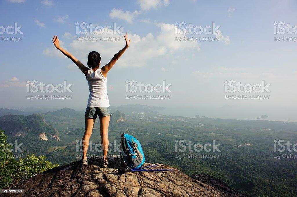 Kobieta szlak, ciesz się widokiem na szczycie góry cliff – zdjęcie