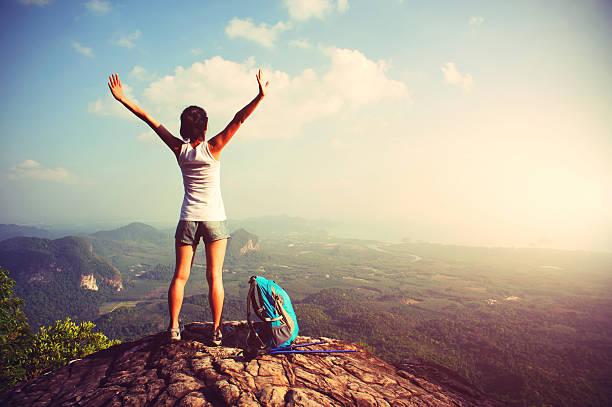 mujer deportiva disfrute de la vista en la cima de la montaña - mochilero fotografías e imágenes de stock