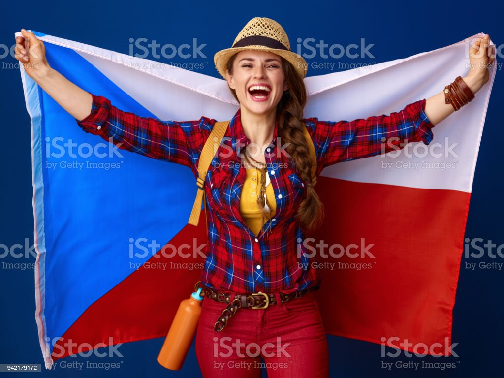 Frau Wanderer auf blauem Hintergrund, die Flagge der Tschechischen isoliert – Foto