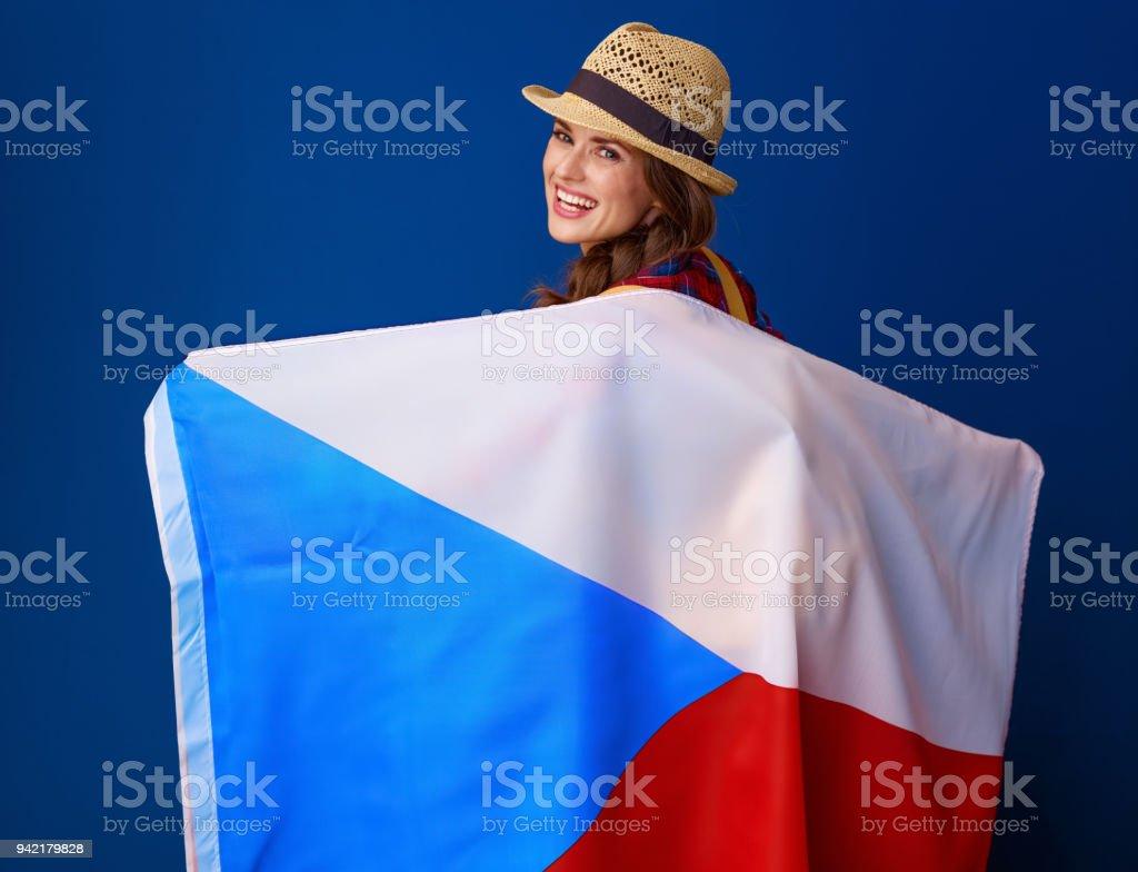 excursionista de mujer aislado sobre fondo azul bandera de Checa - foto de stock